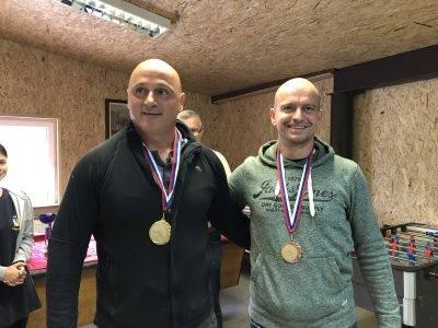 Jasmnin Beganović SD Fenix I in Darijan Gomivnik SK Maribor I poizirata ob podelitvi medalj.