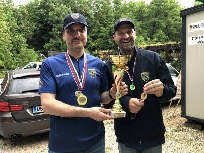 1. mesto pištola ekipno SD Policist II. Kajzer in Waldhütter ob prevzemu medalj.