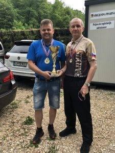 1. mesto revolver ekipno SD Proarmis I. Na sliki Vignjević in Svetelšek ob prevzemu pokala.